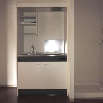 右に洗濯機、左に冷蔵庫が置けます※通電前のためフラッシュを使用しております