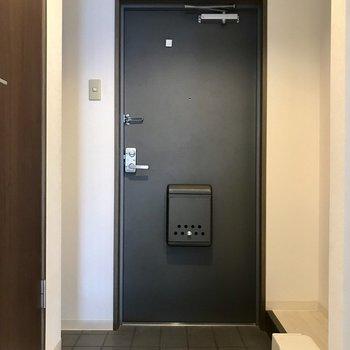 玄関はかっこいい黒で!(※写真は4階の同間取り別部屋のものです)