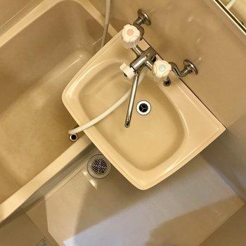 お風呂はコンパクトな2点ユニット。鏡はついてます◎(※写真は4階の同間取り別部屋のものです)