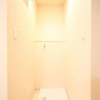 洗濯置き場も明るくていいですね※写真は1階の同間取り別部屋のものです