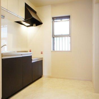 キッチン横にも窓!※写真は1階の同間取り別部屋のものです