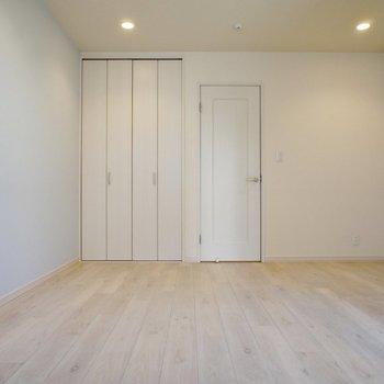 ダウンライトでシンプルに※写真は1階の同間取り別部屋のものです