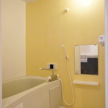 黄色いアクセントクロスがかわいい!※写真は1階の同間取り別部屋のものです