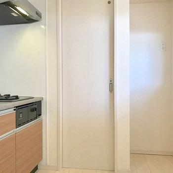 右奥のスペースに冷蔵庫かな!正面の扉から脱衣所へ。(※写真は清掃前のものです)