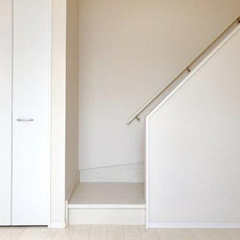 階段が壁に沿っているから家具を置くのに邪魔にならない。(※写真は清掃前のものです)