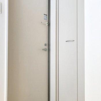傘立ては玄関扉に磁石でくっつけるタイプのものがおすすめ。(※写真は清掃前のものです)