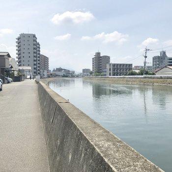 マンション裏に流れる須恵川。