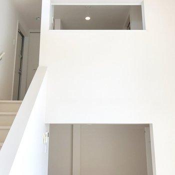 階段を登ってキッチンや玄関へ。(※写真は清掃前のものです)