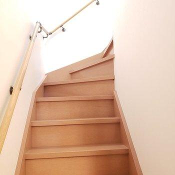 まずは玄関入って階段を登ってリビングへ!(※写真は同間取り別部屋のものです)