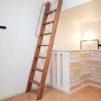 この階段を登ると、、♫(※写真は同間取り別部屋のものです)