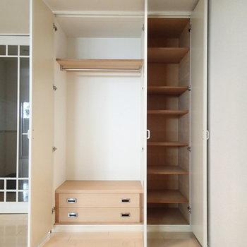 収納はこちら。棚やたんもあり、使いやすそう。※写真は1階の同間取り別部屋のものです