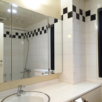 洗面台は広々。※写真は1階の同間取り別部屋のものです