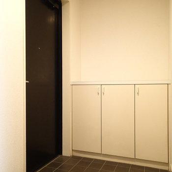 玄関、こちらもゆったりめ!※写真は1階の同間取り別部屋のものです