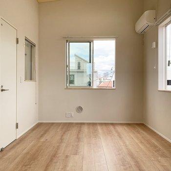 左側にテレビ、右側にはベッドを置くのが良いかも。脱衣所の扉にぶつからないようにローテーブルも置けそうです。