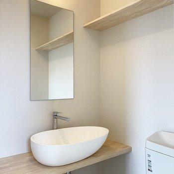 トイレの横には卵のようなまあるい洗面台。