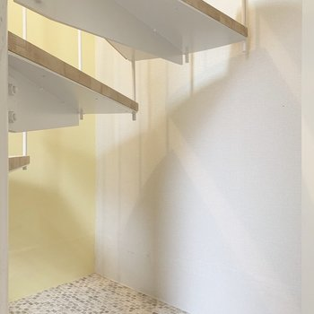階段下のスペースも上手く収納として使えそうですよ。