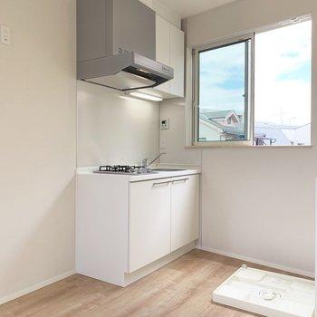キッチン横に冷蔵庫置場と後ろには洗濯機置場。良き動線。