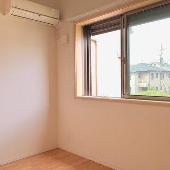 【4.7帖洋室】階段上がってすぐ右手の洋室