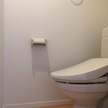 トイレは温水便座付き。