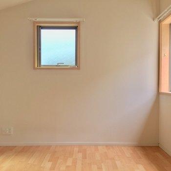 【6帖洋室】左手側の洋室は2面採光。きもちよく目覚められそう。