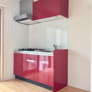 赤色のキッチンがアクセントに。食欲増進の赤!