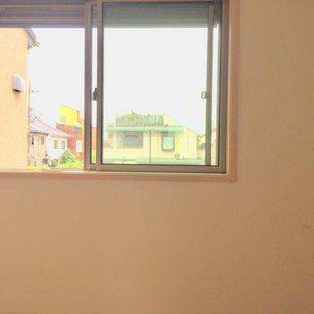 【4.7帖洋室】こちらの窓際に物干しができます