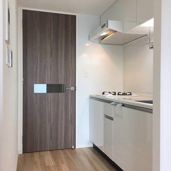 扉を開けてすぐにキッチン(※写真は13階の同間取り別部屋のものです)