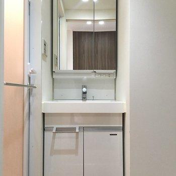 清潔な独立洗面台です。(※写真は13階の同間取り別部屋のものです)