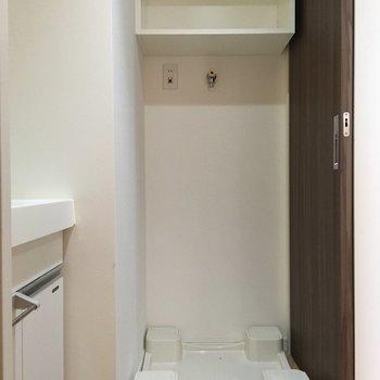 洗濯置き場も一緒の空間に。棚付きです!(※写真は13階の同間取り別部屋のものです)