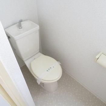 トイレにも小窓がありました