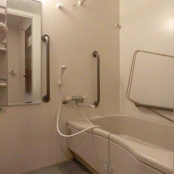 浴室乾燥機能のある足を伸ばせて入れるバスタブ(※写真は2階の似た間取り別部屋のものです)
