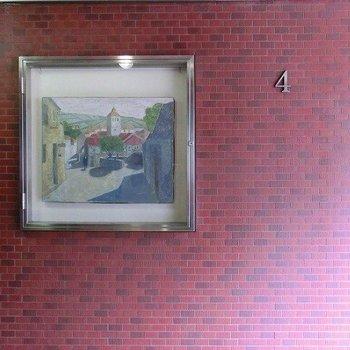 エレベーターを降りたところに1枚の絵が飾られています(※写真は2階の似た間取り別部屋のものです)