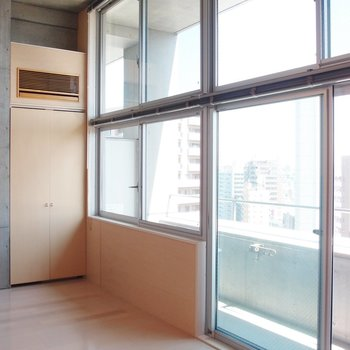 大きな窓が気持ち良いですね。※写真は9階の同間取り別部屋のものです