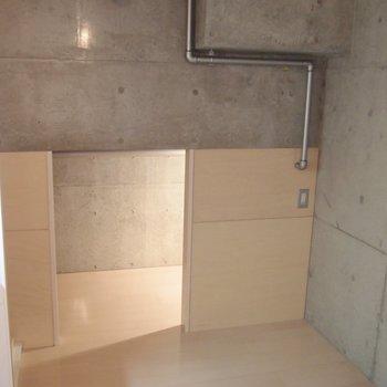 キッチンの奥にも床下収納が。※写真は9階の同間取り別部屋のものです