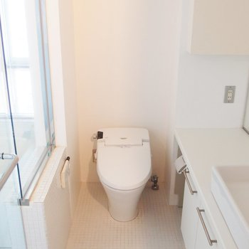 水周りは真っ白。※写真は9階の同間取り別部屋のものです
