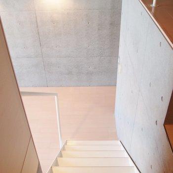 しっかりした階段。※写真は9階の同間取り別部屋のものです