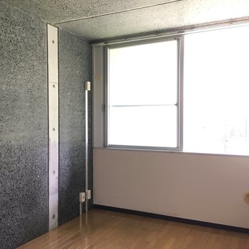 【洋室2】左側にベッドですかねぇ、コンセントあるし。