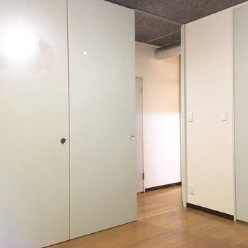 【洋室1】引き戸なので、スペースが損なわれにくいですね。