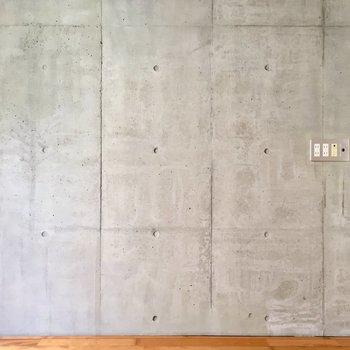 壁は打ちっぱなしでクール(※写真は同間取り別部屋のものです)