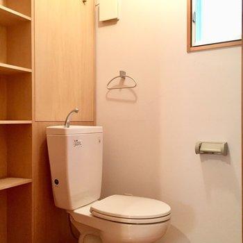トイレもゆったり空間。棚も窓も嬉しい。(※写真は同間取り別部屋のものです)