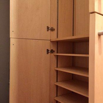 収納は廊下に。上段にはハンパーポールがついてるんです。(※写真は同間取り別部屋のものです)
