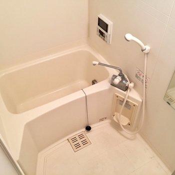 バスルームはきれい!ちなみに窓付き。(※写真は同間取り別部屋のものです)