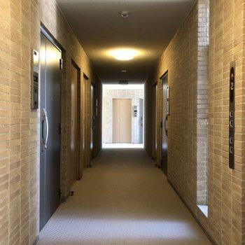 レンガ風の壁がおしゃれな共用部。