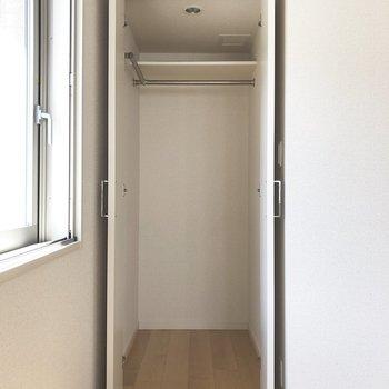 【洋室】クローゼットはコンパクト。※写真は2階の同間取り別部屋のものです