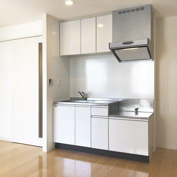 【LDK】キッチン右に冷蔵庫を置けます。※写真は2階の同間取り別部屋のものです
