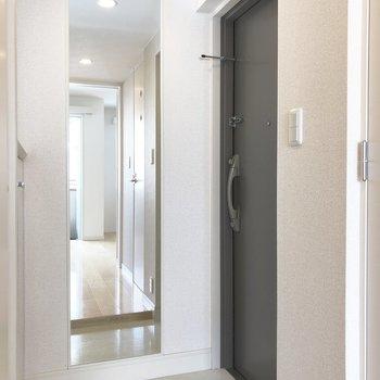 玄関に姿見があって便利◎※写真は2階の同間取り別部屋のものです