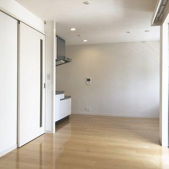 【LDK】ゆるっとした内装。※写真は2階の同間取り別部屋のものです