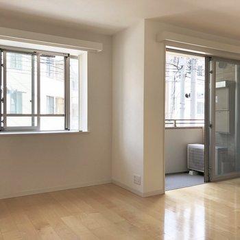 【LDK】窓からしっかり光が入ってきますね。※写真は2階の同間取り別部屋のものです