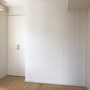 【洋室】ベッドを置いたら、ちょうどいいくらい。※写真は2階の同間取り別部屋のものです