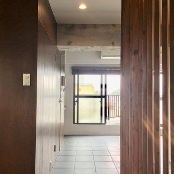 玄関からお部屋がみえないように木のブラインドが!※写真は前回募集時のものです